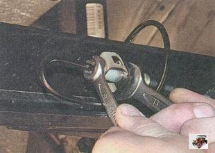 отверните от тормозного шланга тормозную трубку