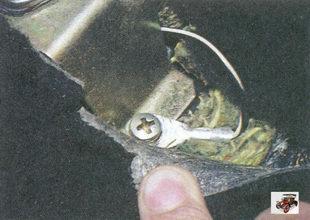 винт переднего крепления кронштейна выключателя контрольной лампы включения ручного тормоза