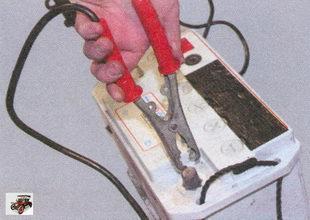 клемма «плюс» разряженного аккумулятора