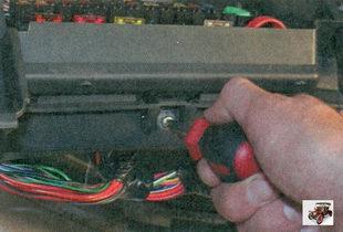 винт крепления монтажного блока к панели приборов