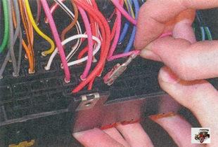 извлеките клеммы с проводами из монтажного блока