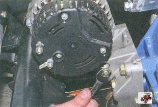 гайка болта нижнего крепления генератора к кронштейну