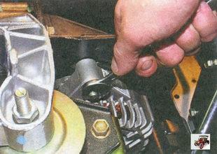гайка крепления генератора к верхнему кронштейну