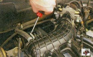 проверка соединения шланга вакуумного усилителя со штуцером на впускной трубе двигател