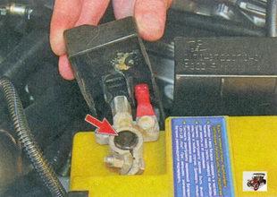 «плюсовый» провод аккумуляторной батареи