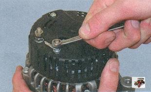 гайка крепления клеммы цепи возбуждения генератора