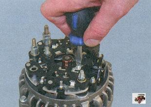 винт крепления клеммы регулятора к шине «D+» выпрямительного блока