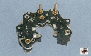 выпрямительный блок генератора со стороны защитного кожуха