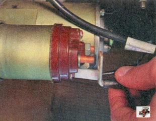 провод с клеммой контактного болта тягового реле стартера