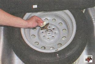 болт крепления запасного колеса