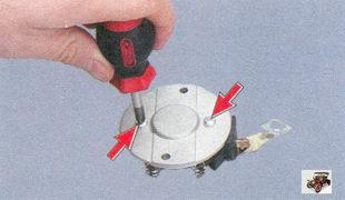 винты крепления крышки щеткодержателя