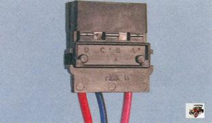 правильное расположение клемм с проводами в разъеме жгута проводов