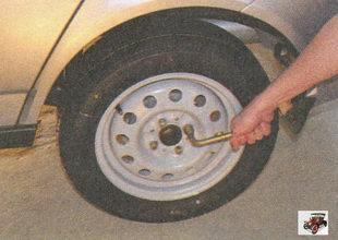 равномерно крест-накрест затяните болты крепления колес