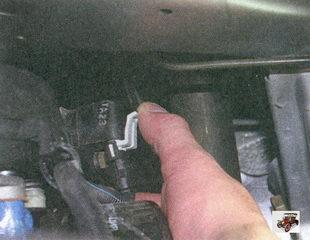фиксатор разъема с проводами датчика положения коленвала