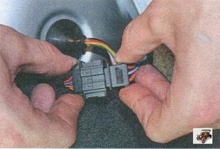 фиксатор разъема жгута проводов заднего фонаря