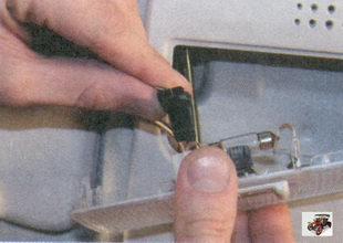 разъем с проводами плафона освещения салона
