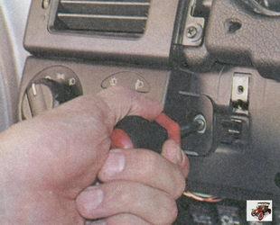 винт крепления блока управления наружным освещением и освещением приборов