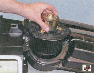 снятие электродвигателя вентилятора отопителя салона