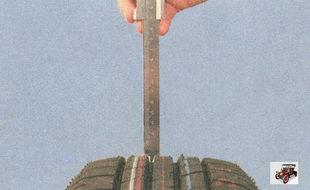 измерение штангенциркулем остаточной глубины протектора шины