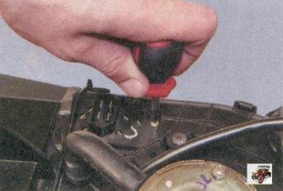 винт крепления дополнительного резистора отопителя