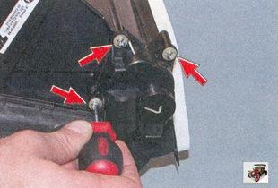 винты крепления блока моторедуктора к корпусу отопителя салона