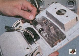 разъем жгута проводов плафона освещения салона