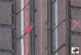 проверка глубины протектора визуально по индикаторам износа шины в виде сплошных поперечных полос