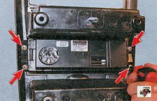 винты крепления переключателя режимов работы электровентилятора отопителя к накладке консоли