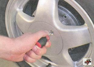 винт крепления декоративного колпака к колесному диску