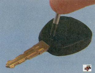 винт крепления крышки корпуса пульта дистанционного управления