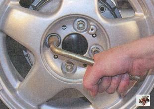 проверка затяжки гаек крепления колеса