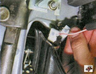 разъем с проводами выводов выключателя стоп-сигнала
