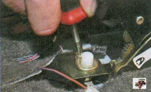 винт крепления выключателя ручного тормоза
