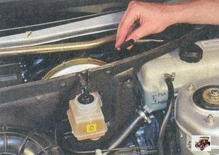 выньте пароотводящий шланг из отверстия левой части шумоизоляции