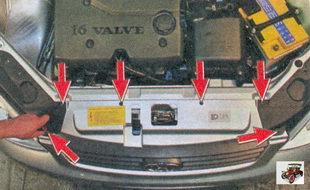 винты крепления переднего бампера к верхней поперечине передка кузова и два винта крепления правого и левого кожухов фар к бамперу