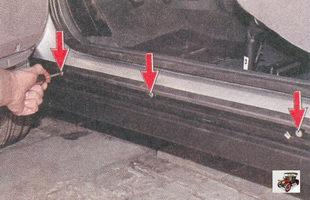 винты крепления декоративной накладки порога в проеме передней двери