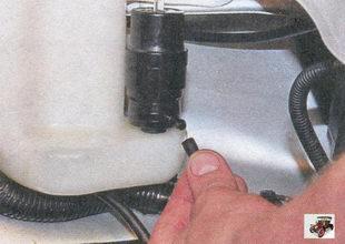 отсоедините шланг омывателя ветрового стекла от насоса омывателя