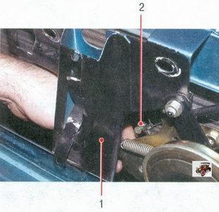 1 - усилителя с распоркой; 2 - место крепления тяги к рычагу замка капота