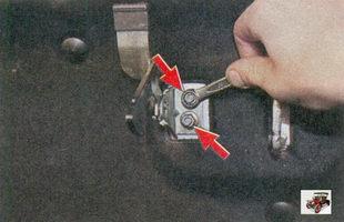 крепление предохранительного крючка капота