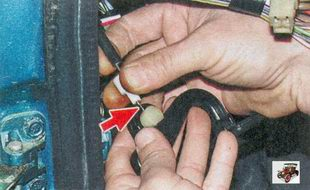 отсоедините наконечник троса от ручки открывания капота