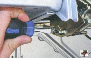 винт крепления тяги открытия замка крышки багажника