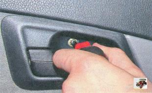 винт крепления облицовки внутренней ручки передней двери