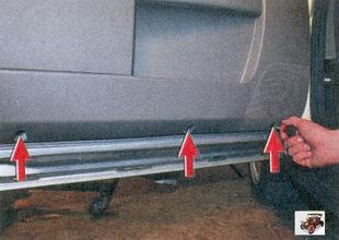 винты крепления обшивки передней двери
