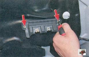 винты крепления кронштейна модуля управления стеклоподъемниками и зеркалами