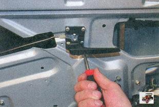 винты крепления внутренней ручки передней двери