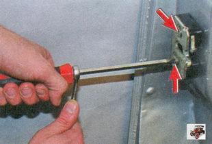 винты крепления наружного замка передней двери