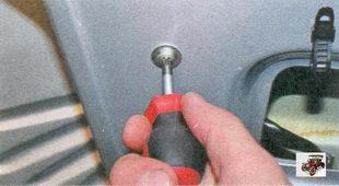 винт крепления внутреннего замка передней двери