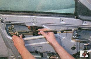 снятие внутреннего замка вместе с внутренней ручкой двери и тягами