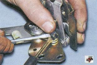 стопорная скоба тяги внутренней ручки передней двери
