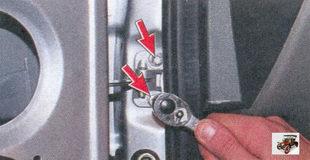 болты крепления ограничителя открывания двери к стойке кузова